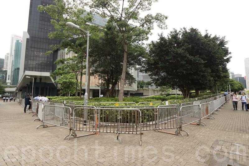 警方則用大量鐵馬封鎖立法會外圍。(蔡雯文/大紀元)