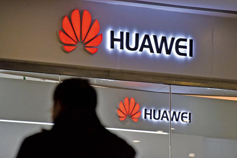 華為被指是中共政府背後支持的企業,被各國高度懷疑在出口產品中安裝後門,替中共從事科技間諜活動。(Getty Images)