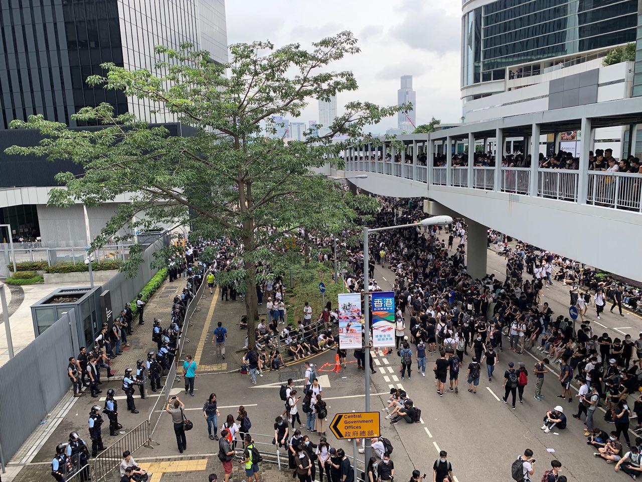 大批反對修例的示威者聚集在立法會外,佔據龍和道及夏慤道等。(李逸/大紀元)