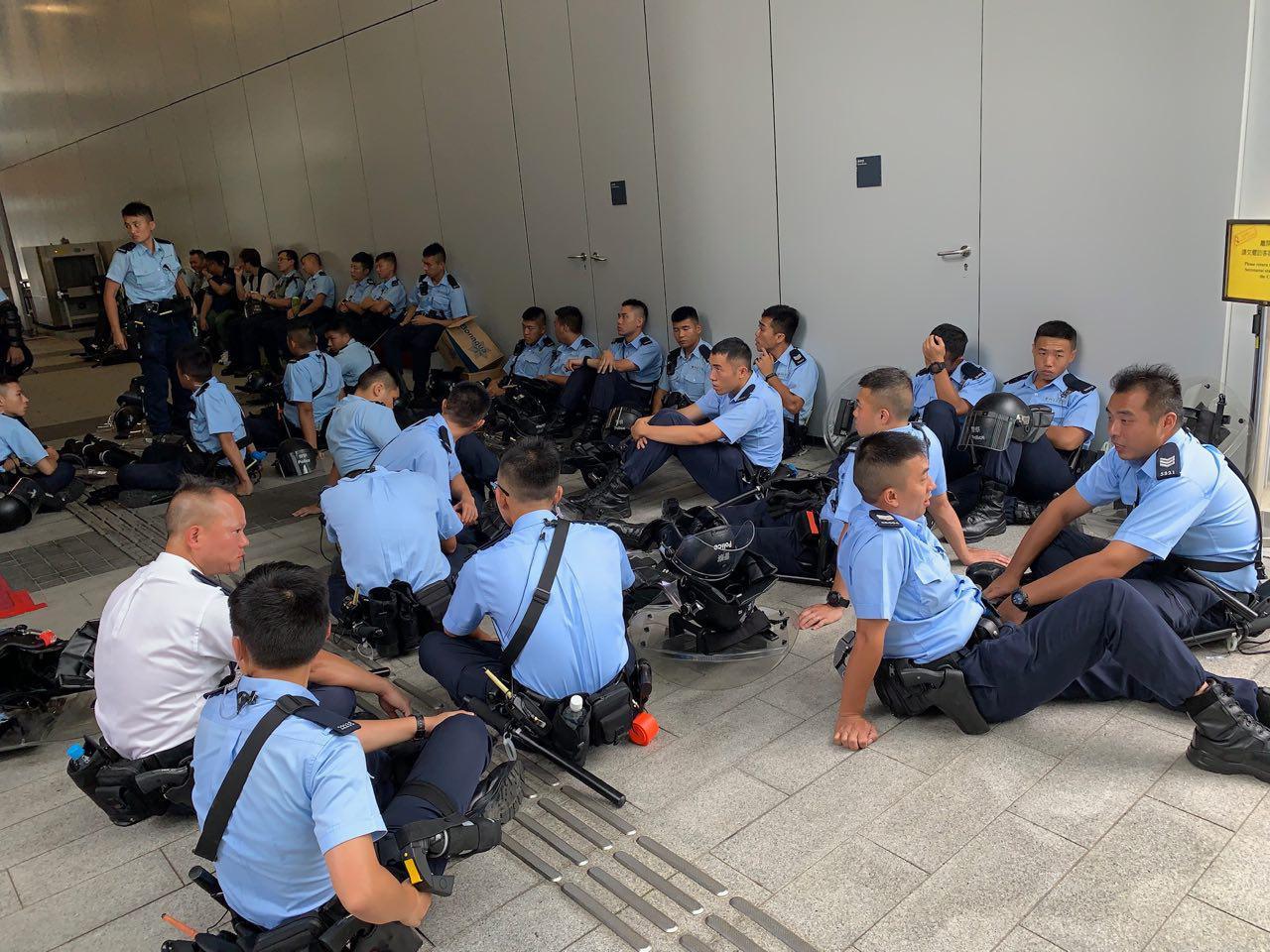 大批警員現場候備。(李逸/大紀元)