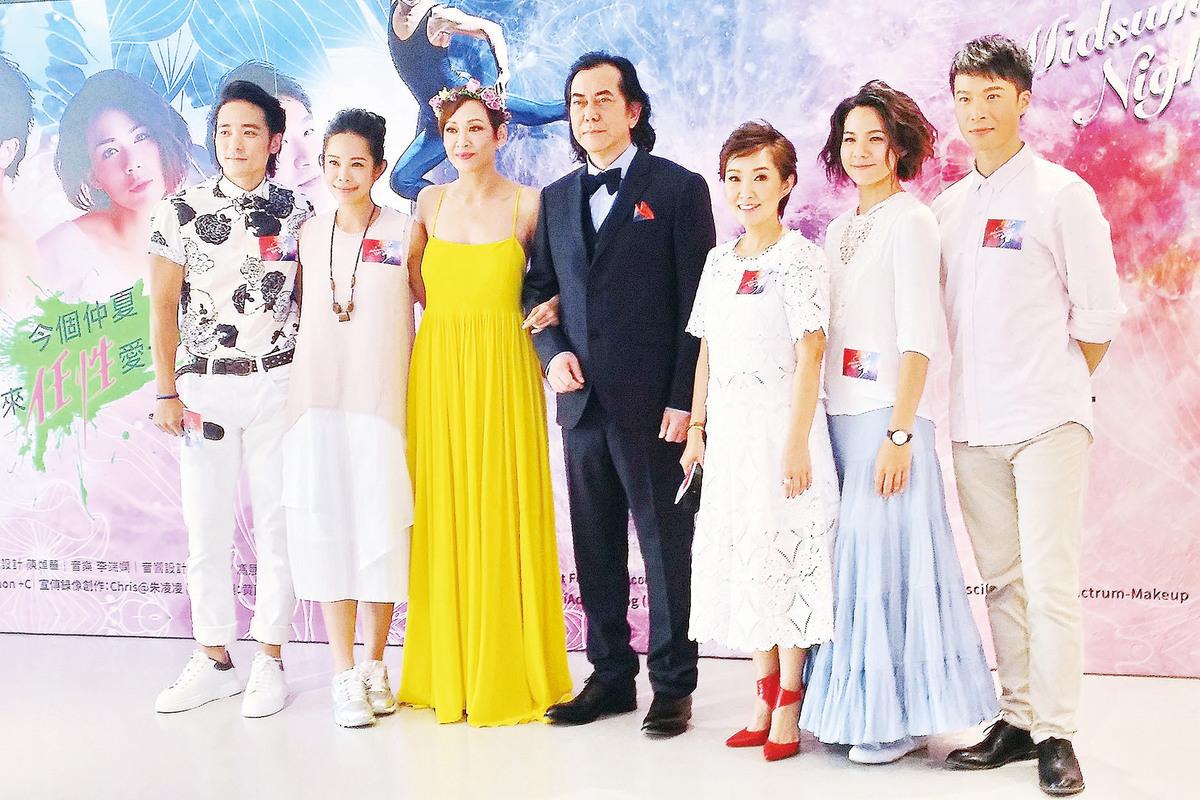 黃秋生和余安安(左三)在《仲夏夜之夢》舞台劇出演仙王仙后。(宋祥龍/大紀元)