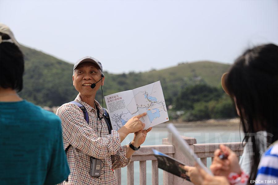 香港科技大學華南研究中心廖迪生教授向長春社文化活動參加者講解大澳龍舟遊涌的歷史。(陳仲明/大紀元)