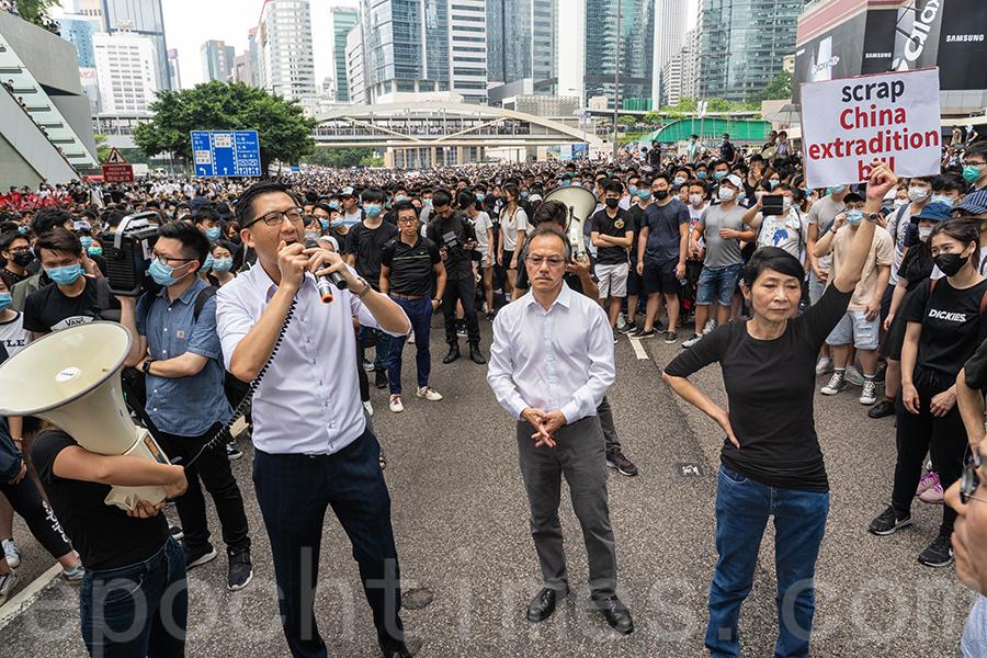 立法會議員毛孟靜(右)、林卓廷(左)、張超雄(中)等到夏慤道現場,向包圍立法會的市民發表講話。(李逸/大紀元)