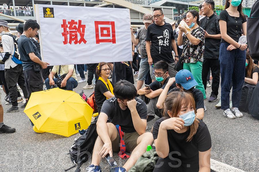 現場市民高喊反送中口號,並不時呼籲保持克制,及互相鼓勵歡呼,拍手高喊「撤回」口號。(李逸/大紀元)