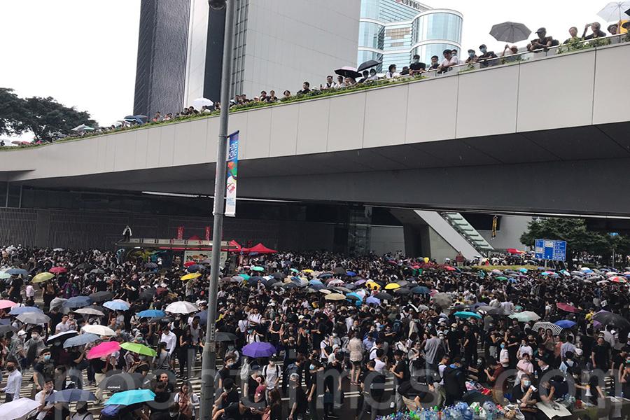 示威者自行組成多個物資站,也一字排開組成運輸人鏈,非常齊心和有效率,而且秩序井然。(林怡/大紀元)