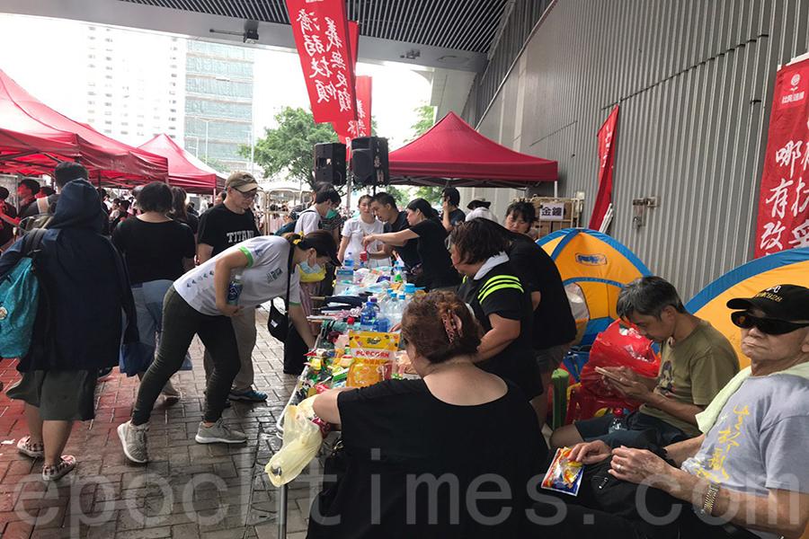 示威者自行組成多個物資站。(林怡/大紀元)