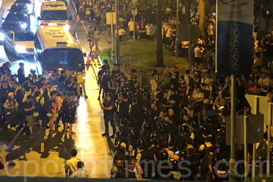 今早凌晨,大批市民源源不斷地湧向金鐘,駐守在金鐘立法會、政府總部一帶。(梁珍/大紀元)