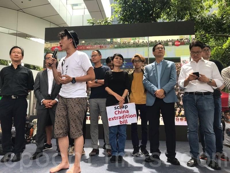 民陣表示,雖然立法會主席梁君彥押後會議,但是他可以隨時召開,所以市民要繼續堅持。並強調已向警方申請集會,是合法的活動。呼籲市民繼續「三罷」。(林怡/大紀元)