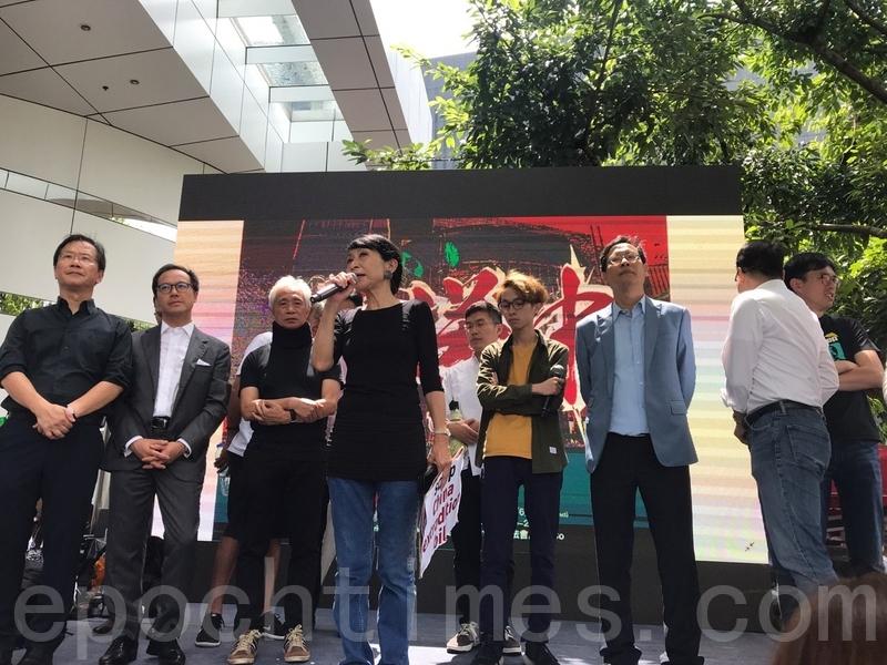 民主派會議召集人毛孟靜解釋,梁君彥沒說取消會謝。但是已無法開會,建制派議員無法進場。(林怡/大紀元)