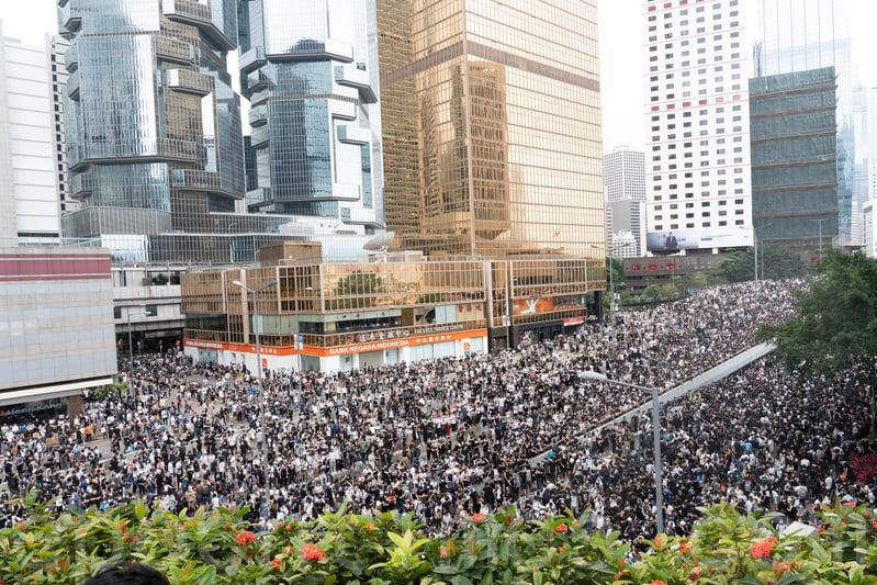 海富中心對出夏慤道、政府總部「門常開」附近添馬公園一帶都站滿了示威者,氣氛平靜。(李逸/大紀元)