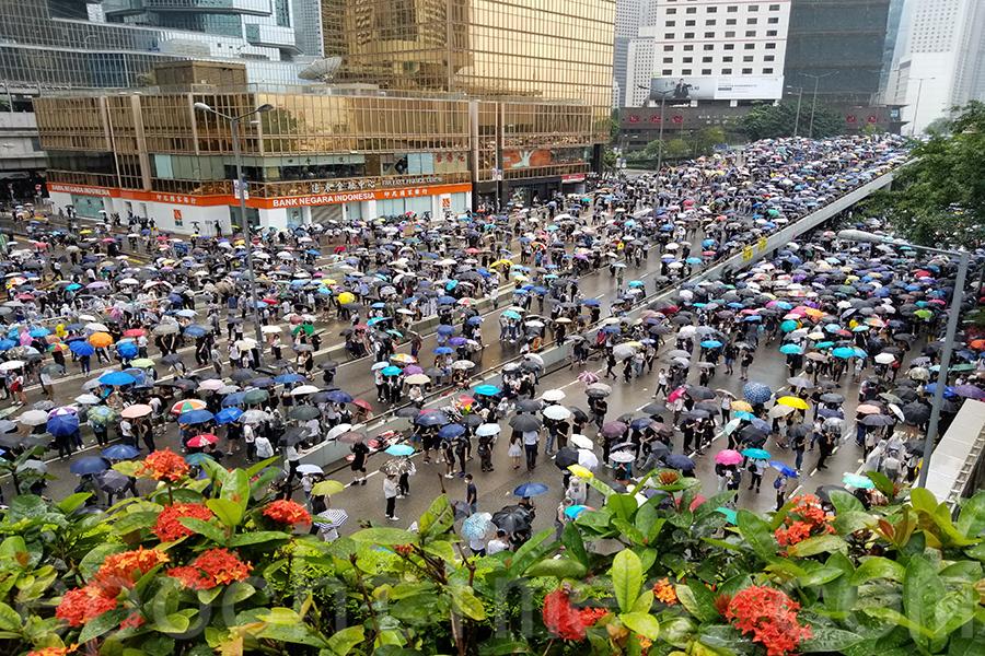 香港立法會原定今日(6月12日)上午11時開會,針對《逃犯條例》(又稱送中條例)修訂草案進行二讀,大批港人聚集在立法會外,力阻開會;而全城亦在今早罷課罷工罷市。在抗議潮下,立法會秘書處通知議員,原定當日上午二讀辯論會議未能準時開始。立法會主席指示延後舉行,稍後再通知議員。(李逸/大紀元)