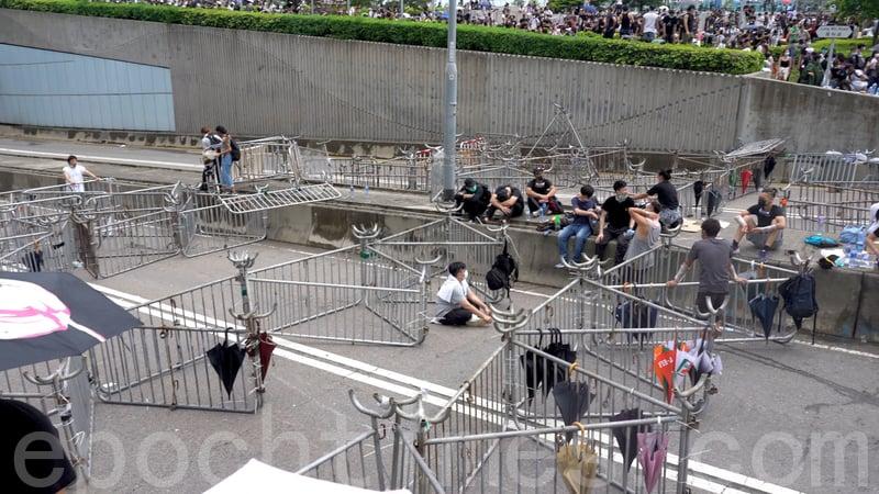 市民在龍和道架起大量鐵馬。(李逸/大紀元)