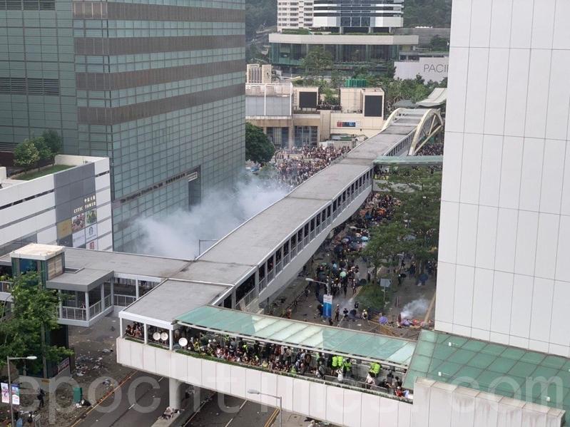 警方為驅散政府總部及立法會外的示威者,持續在添美道及添華道多次發射多枚催淚彈。(李逸/大紀元)