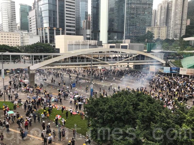 警方為驅散政府總部及立法會外的示威者,持續在添美道及添華道多次發射多枚催淚彈。(蔡雯文/大紀元)