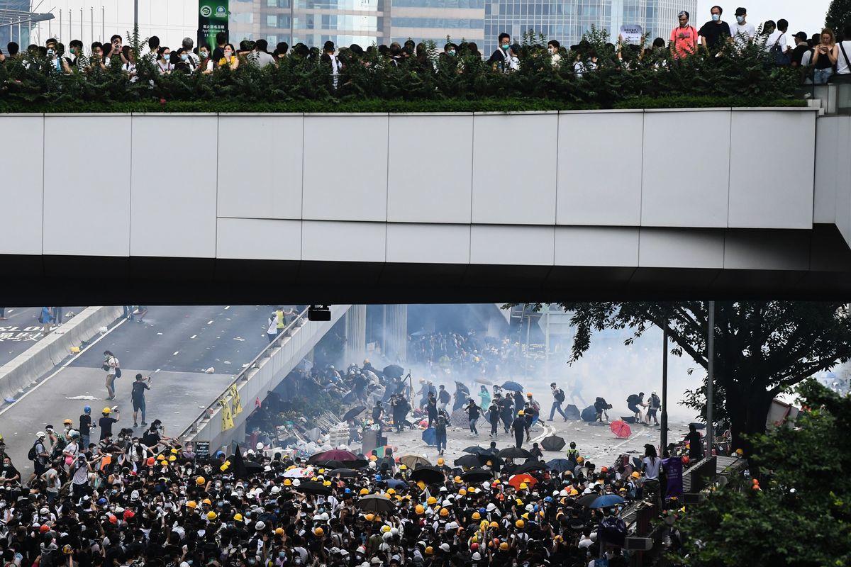 警方為驅散政府總部及立法會外的示威者,持續在添美道及添華道多次發射多枚催淚彈。(ANTHONY WALLACE/AFP/Getty Images)