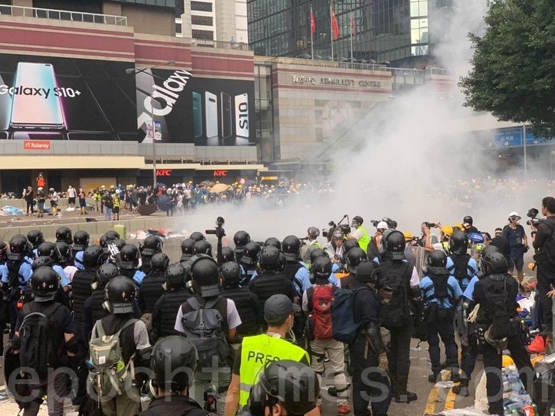 警方在海富巴士總站施放催淚彈。(李逸/大紀元)