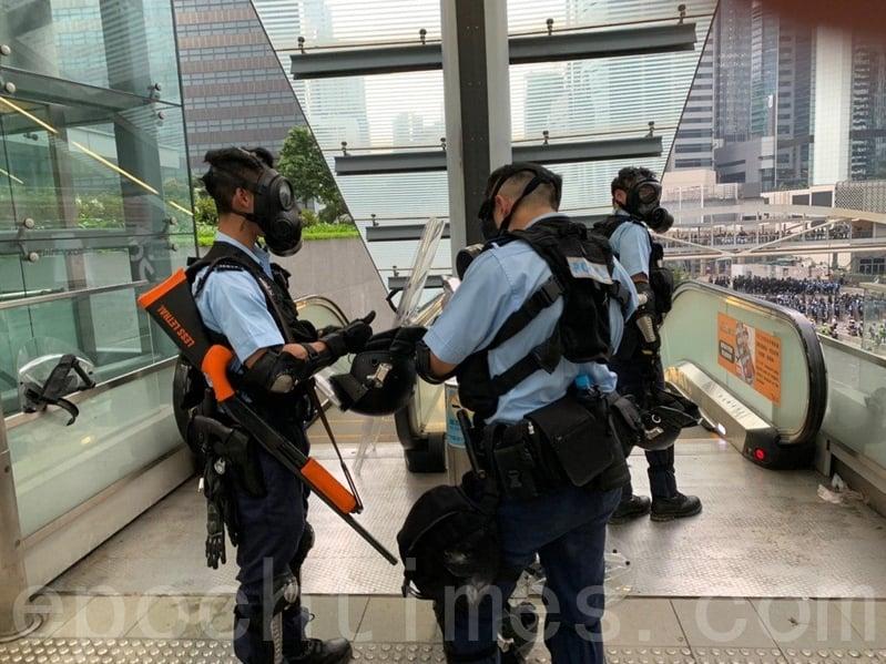 正在配戴防毒面罩等裝飾的警察。(李逸/大紀元)