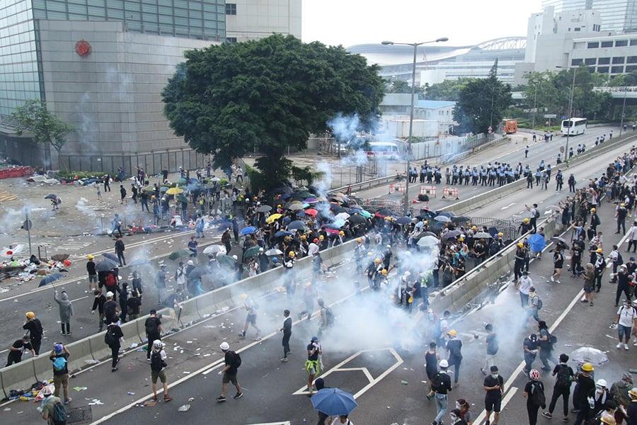 警方為驅散政府總部及立法會外的示威者,持續在添美道及添華道多次發射多枚催淚彈。(攝影:DENNIS LAW)