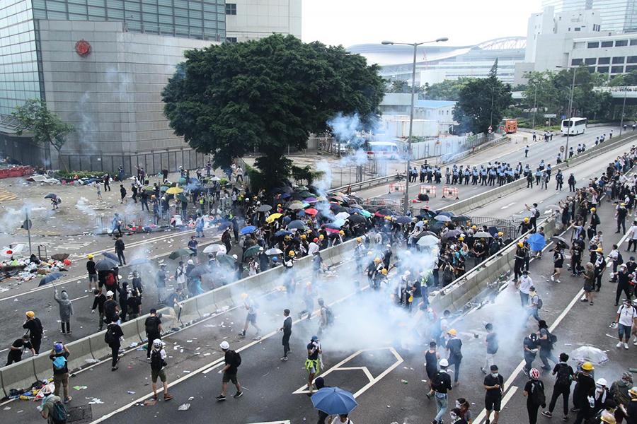 【反送中】警方發放催淚彈驅逐抗議民眾(影片)