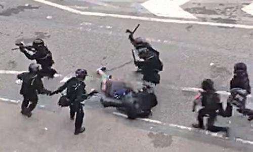 網上片段顯示多名警察棍毆腳踢示威者。(網絡影片截圖)