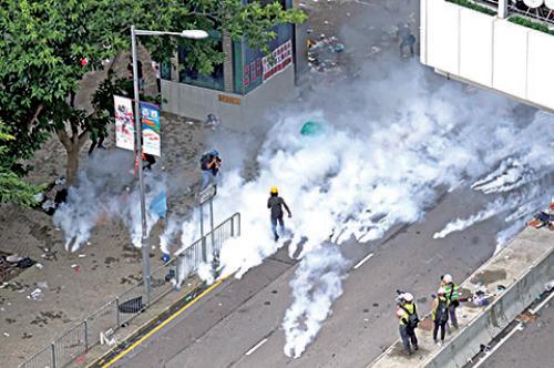 警方向抗議民眾大量投擲催淚彈。(李逸/大紀元)