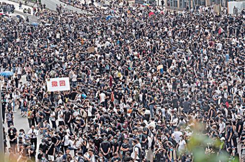 萬人上午在金鐘和平集會,要求撤回惡法。(李逸/大紀元)