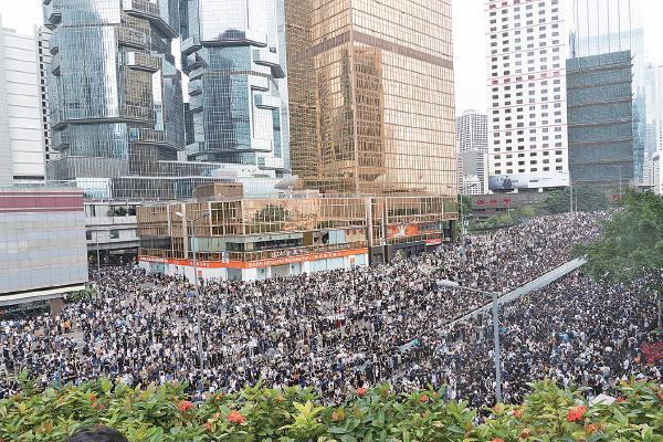 近萬名市民昨日聚集在立法會外,又佔領添美道、龍和道和夏愨道,力阻立法會開會二讀《逃犯條例》修訂草案。(李逸/大紀元)