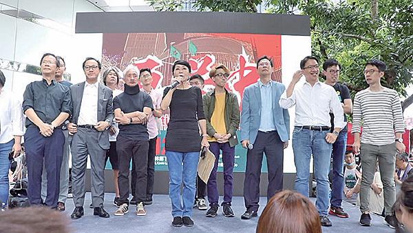 民主派下午2時在金鐘龍匯道大台感謝市民聲援,並向在場市民鞠躬致謝。(蔡雯文/大紀元)