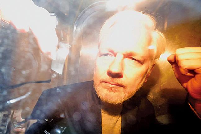 圖為維基解密創始人朱利安阿桑奇在一輛監獄車內。(AFP)