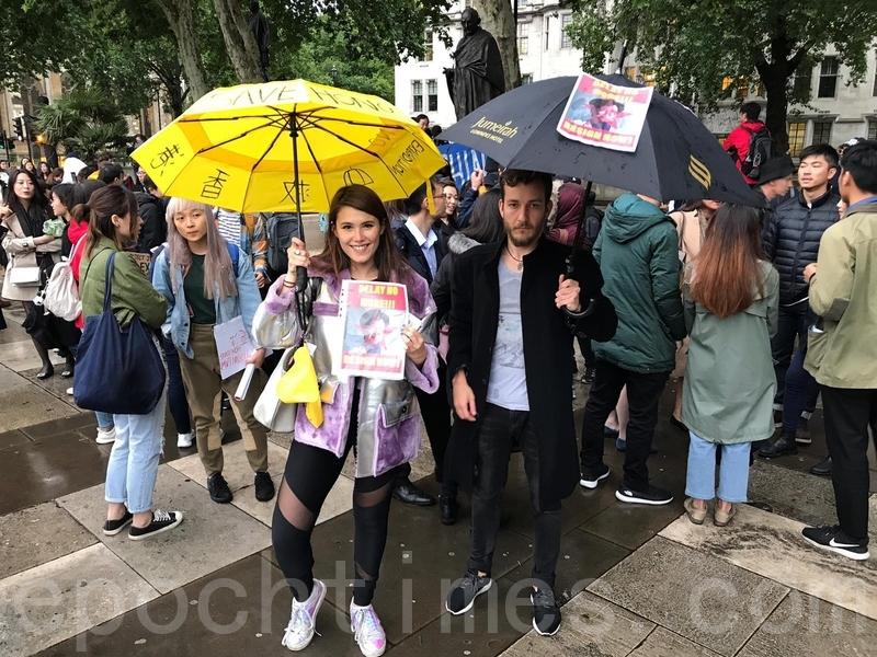 12日,400多名旅英港人和支持香港民眾的外國人在倫敦舉辦遊行集會聲援香港。圖為支持香港的外國人。(唐詩韻/大紀元)