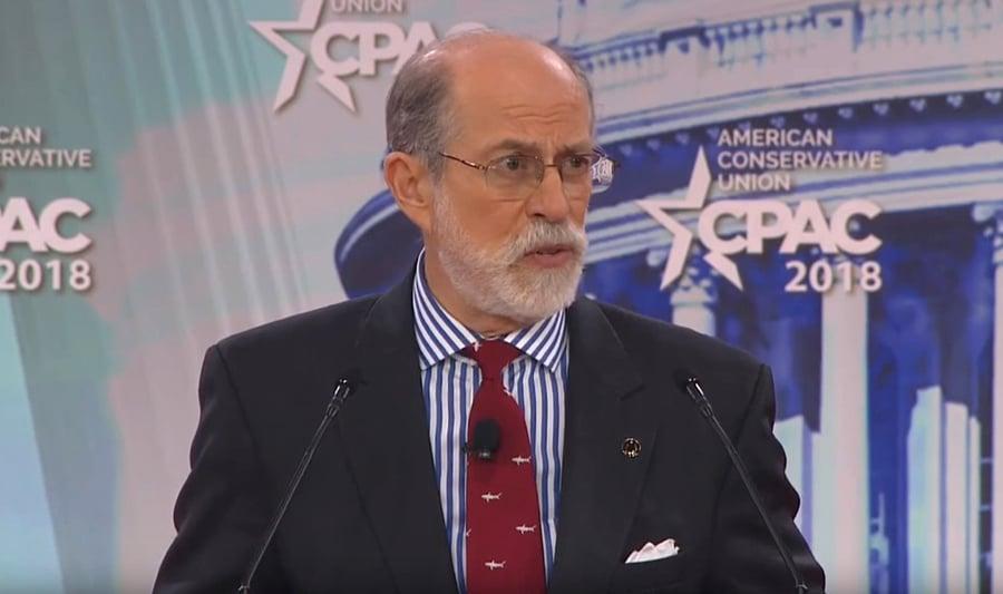 美國「當前危險委員會」副主席Frank Gaffney在接受採訪時表示,如果《逃犯條例》通過,美國將終止《香港政策法》,來懲罰中共。圖為去年Frank Gaffney在美國保守政治行動會議。