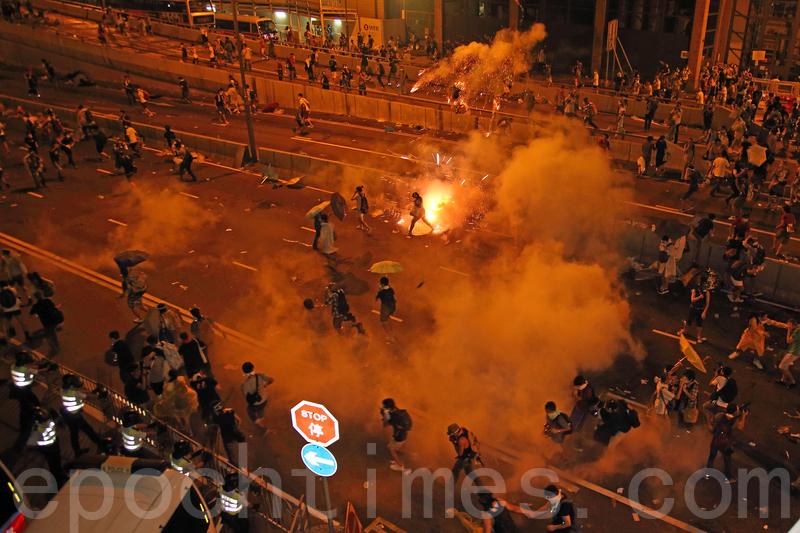 香港警察2019年6月12日向反對立法會《逃犯條例》修訂案二讀的抗議者發射催淚彈。(潘在殊/大紀元)