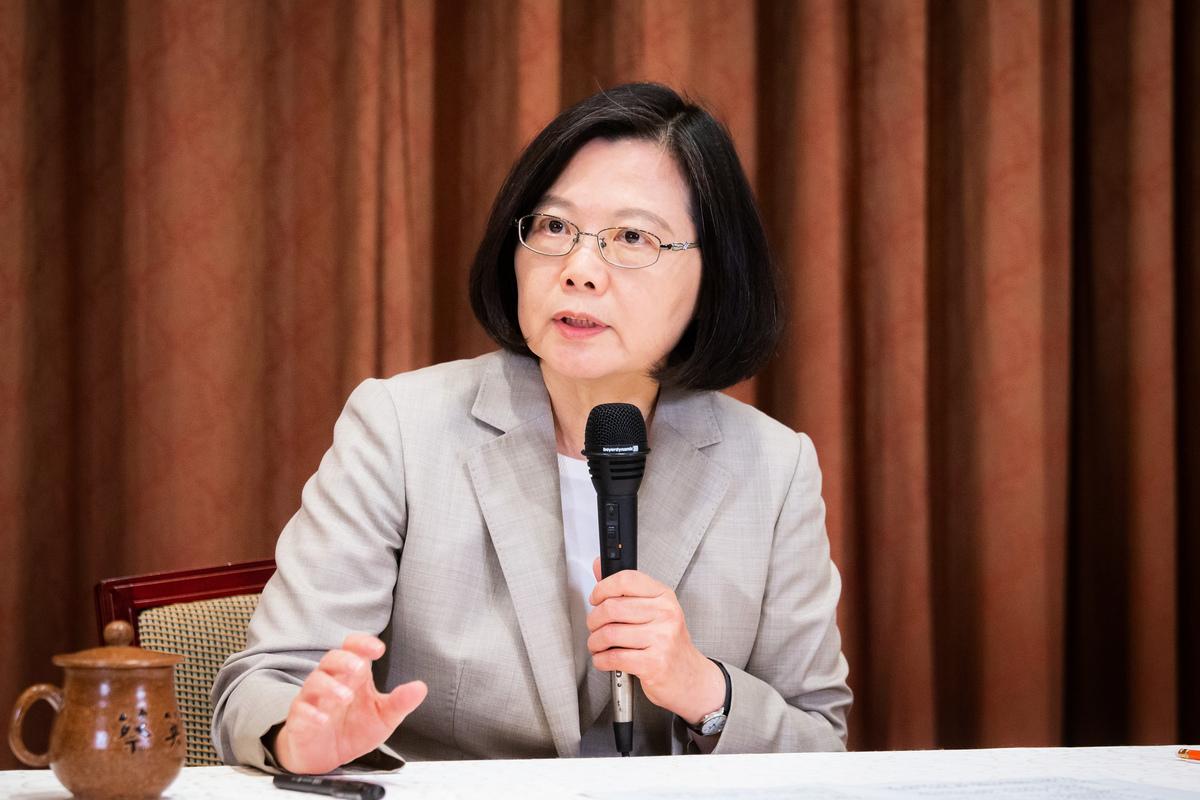 台灣總統蔡英文6月12日晚在臉書表示,對於港府悍然動用橡膠子彈射擊和平抗議群眾做法,感到極度震驚。她呼籲:「守住台灣,撐住香港。台灣和香港,都加油!」(陳柏州/大紀元)
