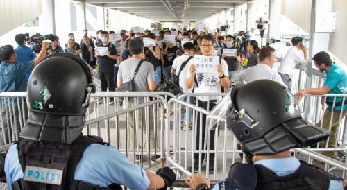 昨日上午,數十名手無寸鐵市民在金鐘中信天橋與全副武裝機動部隊警員對峙。(李逸/大紀元)