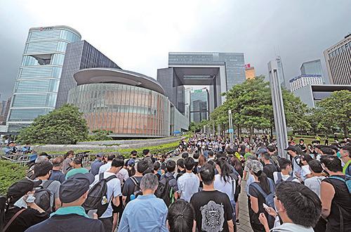 昨日有大批市民到政府總部及立法會外圍聚集,表達反對修訂《逃犯條例》。(李逸/大紀元)