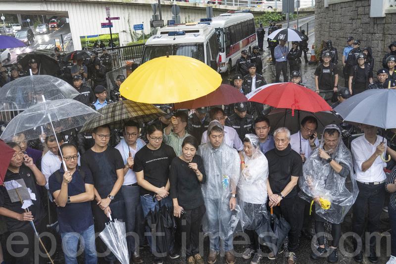 多名民主派立法會議員下午冒雨遊行到禮賓府,強烈譴責當局將周三的抗議定性為「暴動」。(李逸/大紀元)