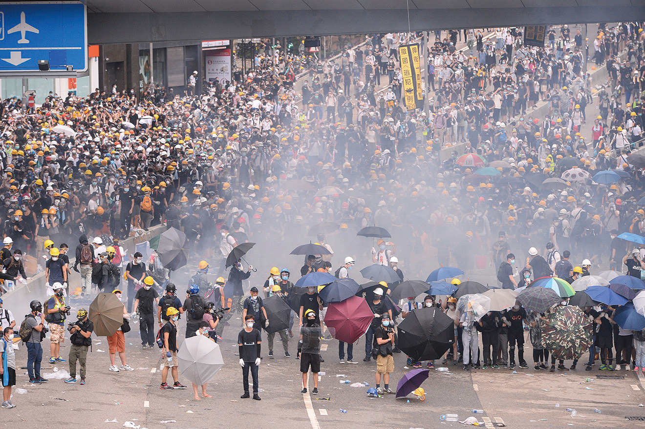 6月12日,過萬名市民到金鐘政府總部和立法會外請願,促請政府撤回《逃犯條例》。期間警方使用催淚彈、橡膠子彈和布袋彈,暴力鎮壓手無寸鐵的示威民眾。(宋碧龍/大紀元)