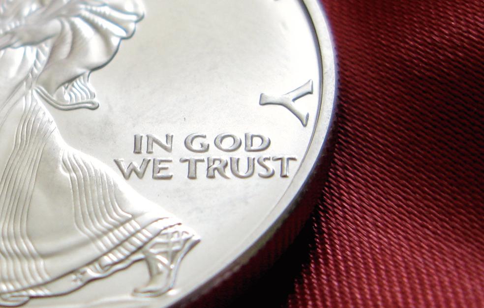 美國硬幣上的國訓「我們信靠神」(In God We Trust)。(Flickr)