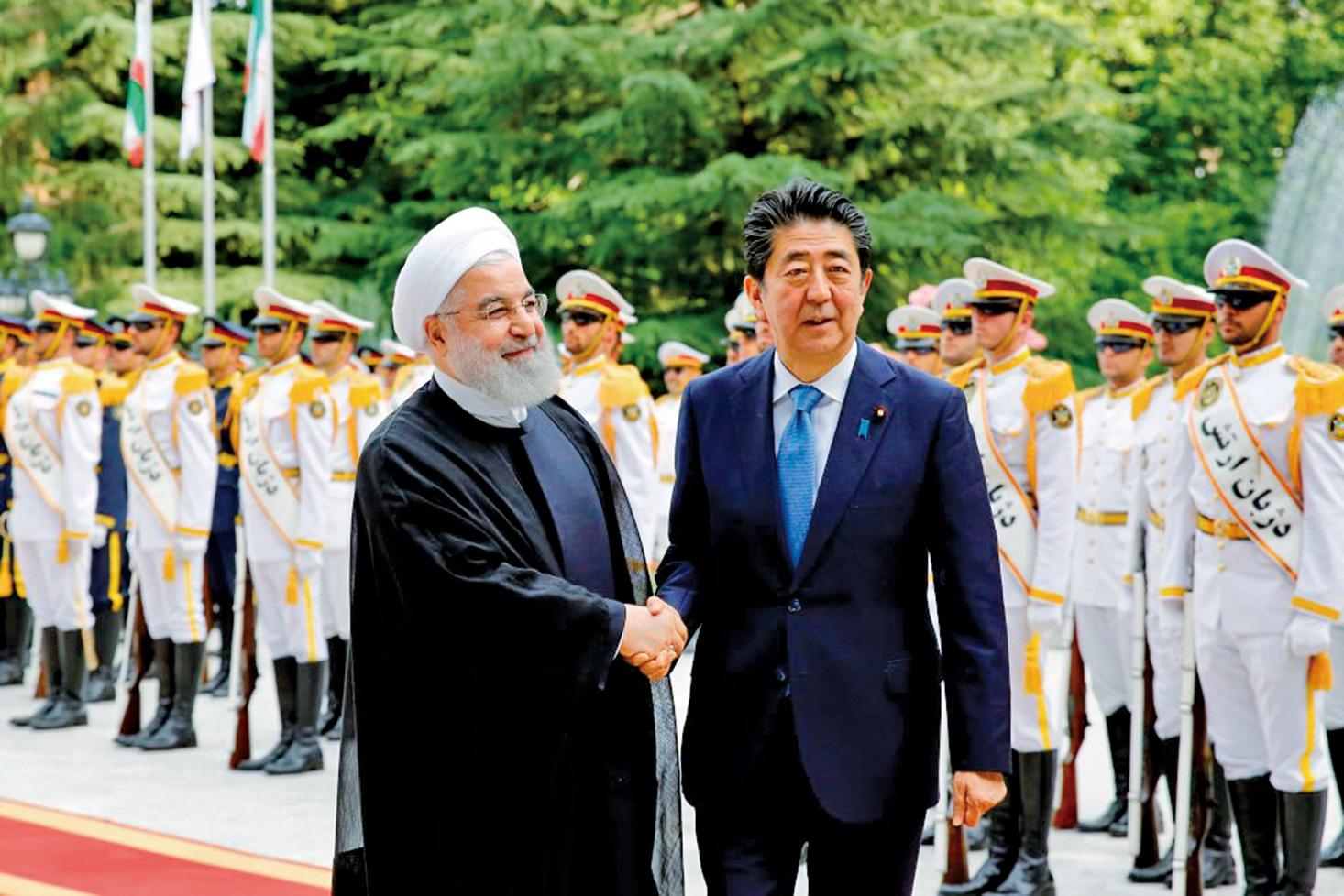 2019年6月12日,日本首相安倍晉三(右)與伊朗總統羅哈尼會面。(AFP)