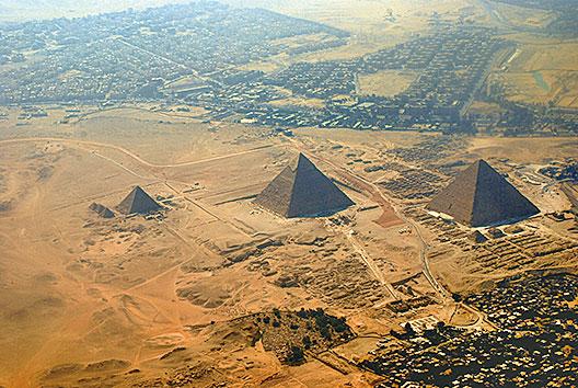 吉薩金字塔俯瞰。(Mr. Theklan/Flickr)