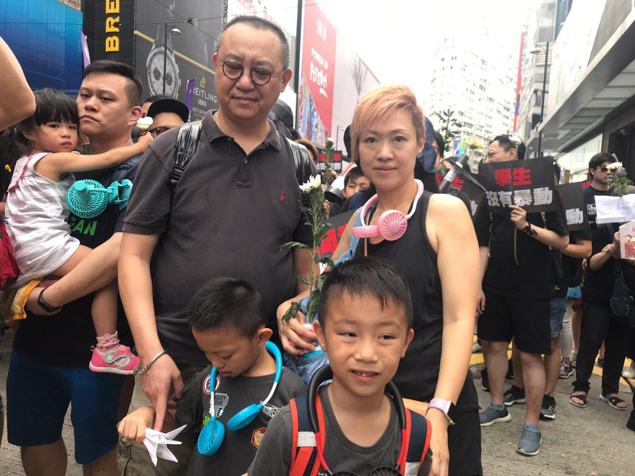 市民邱太夫婦帶著6歲雙胞胎兄弟遊行,表達對特首林鄭月娥強推惡法的憤怒。(林怡/大紀元)