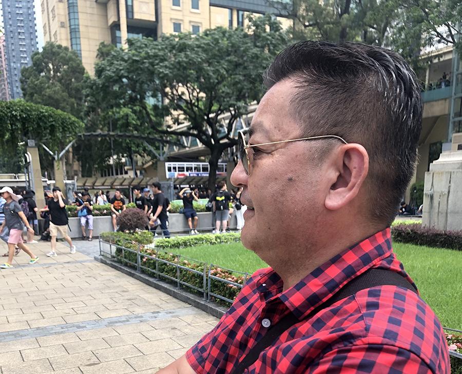 大陸民眾呂先生親自來到6.16反惡法大遊行出發點維多利亞公園觀看,他表示很關心香港的局勢發展。(梁珍/大紀元)