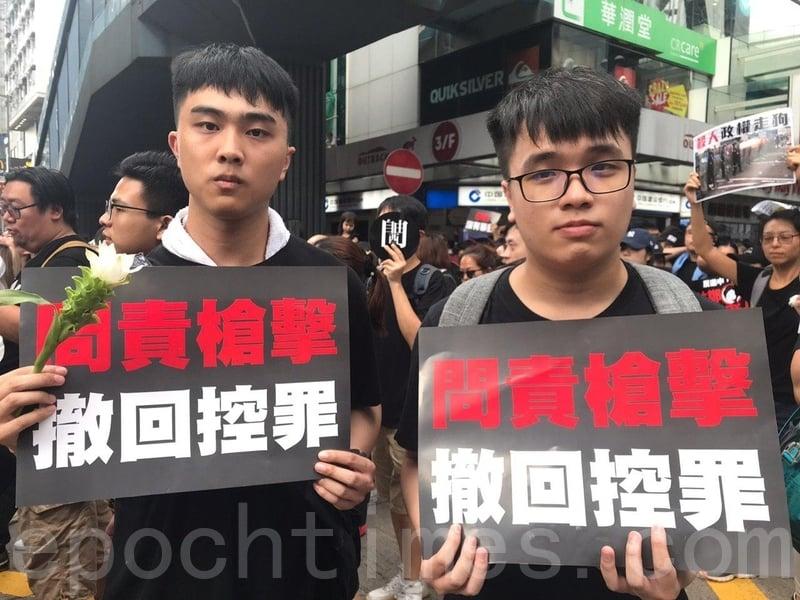 大學生鄧先生(右)參與了6月12日包圍金鐘立法會的行動,遭警方以催淚彈武力清場,並親眼目睹抗議者遭橡膠彈、布袋彈擊中後昏倒。(林怡/大紀元)