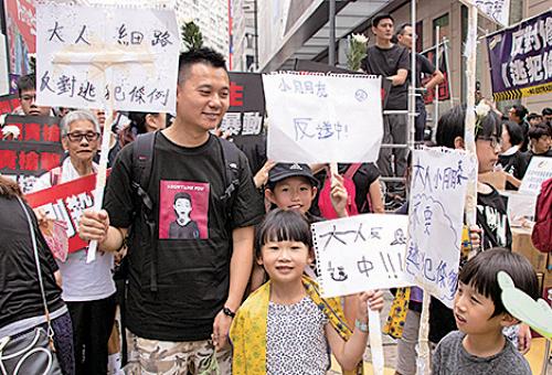 正值父親節,市民全家大小上街反對惡法。(蔡雯文/大紀元)