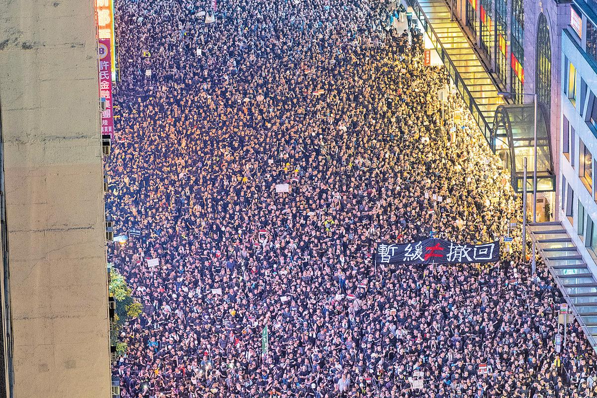 兩百萬人上街遊行,訴求之一便是要求林鄭「撤回」送中條例,而非「暫緩」推出。(李逸/大紀元)