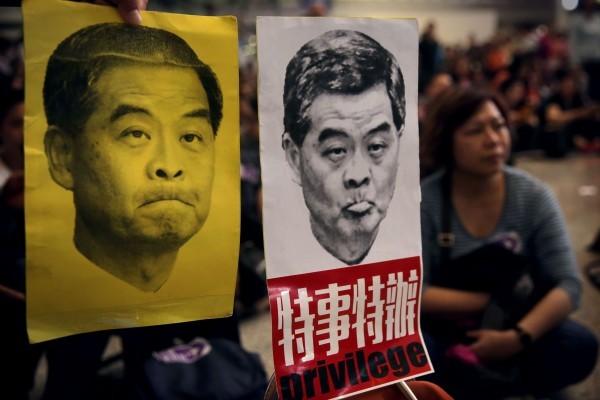 日前,計劃在香港舉辦的「全世界中國古典舞大賽」,被梁振英政府向大賽租用的劇院施壓,強制收回已簽約租的場地,有分析指梁連任特首無望作最後一拼。圖為2016年4月因其女兒在香港機場發生的行李事件,機組人員協會抗議。(ISAAC LAWRENCE/AFP/Getty Images)