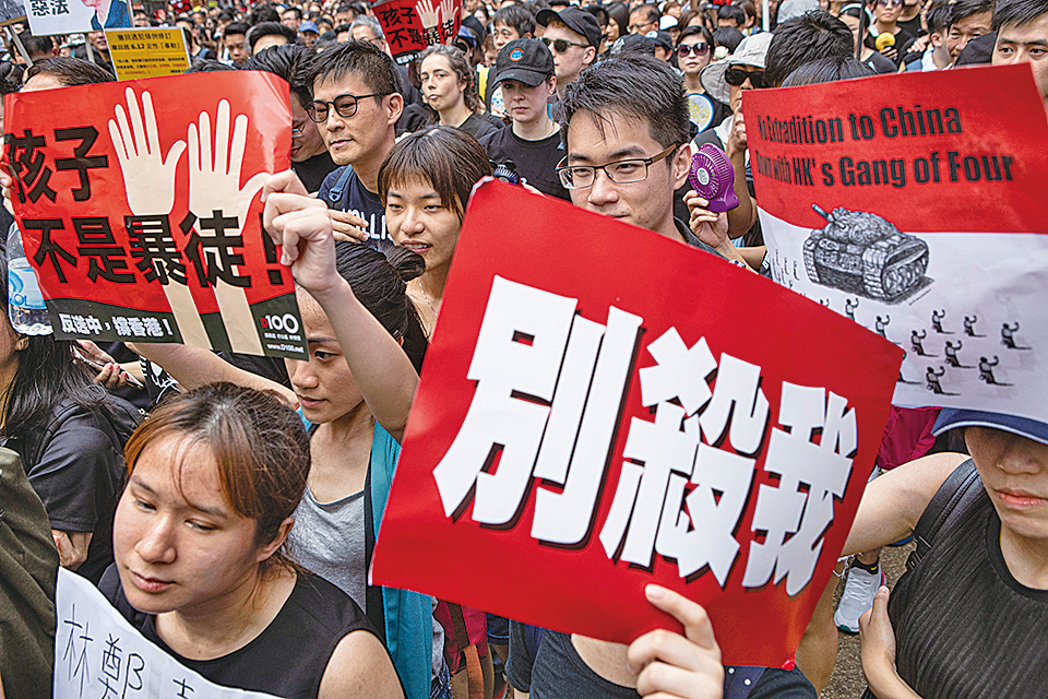 不少遊行人士對警方早前暴力鎮壓和平示威感到憤慨。(余鋼/大紀元)