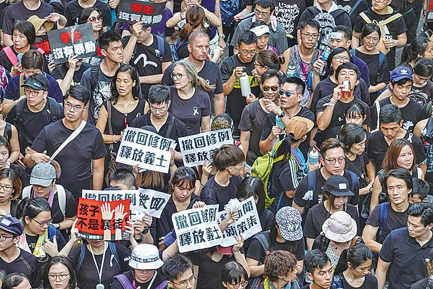大部份參與遊行的港人響應民陣號召,身着黑衣。(余鋼/大紀元)