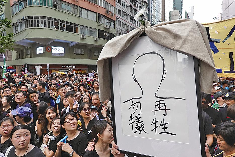 15日一名抗爭者在金鐘高處墜落身亡,有市民製作道具以示紀念。(余鋼/大紀元)