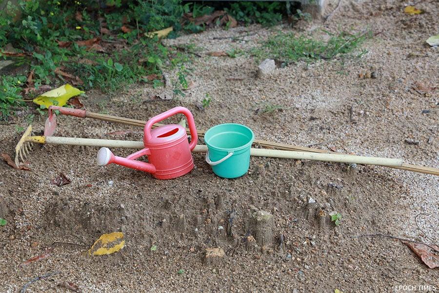 在農田活動中,特別為孩子們準備了適合他們使用的迷你版勞作工具,有花灑、小桶、鋤頭、鏟子。(陳仲明/大紀元)